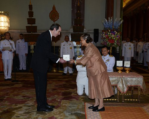 Brian Druker receives his award in Thailand for his CML research
